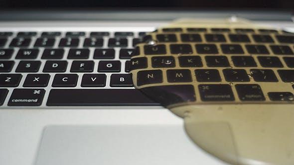 Politá klávesnice notebooku
