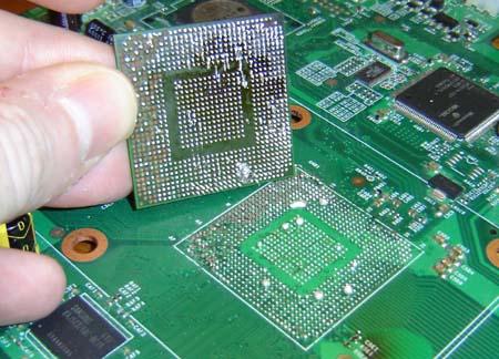 Odpájený bga čip ze základní desky