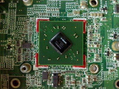 Bga chip zafixovaný epoxidem