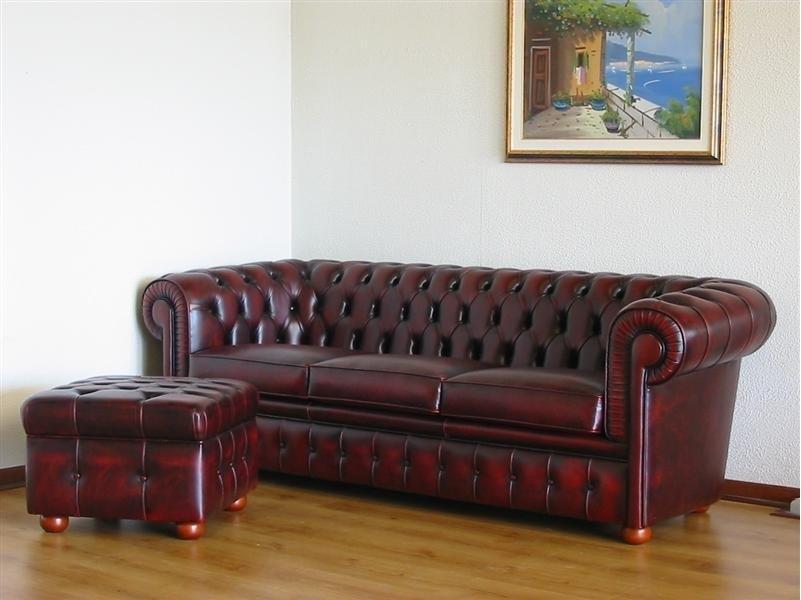 červená sedačka Chesterfield