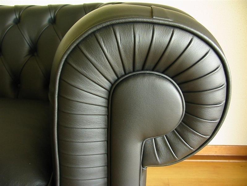 detail provedení sedačky Chesterfield