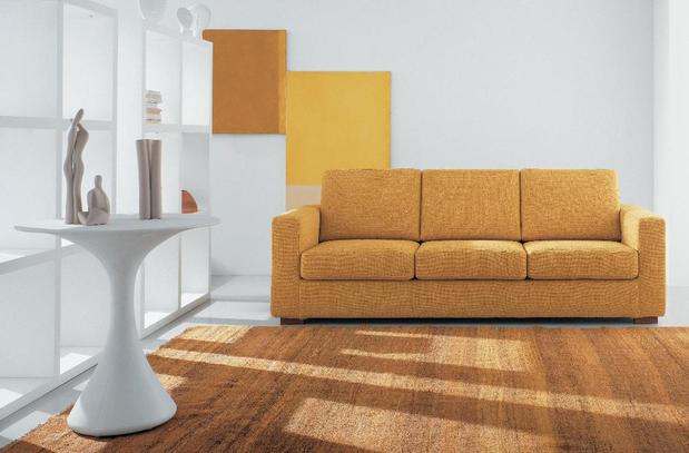 Jednoduchá retro sedací souprava v hořčicové barvě