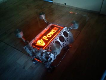 Stolek z bloku motoru